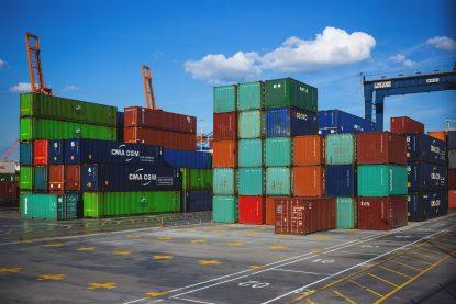 Containers aguardando embarque no porto
