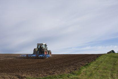 Maquina agrícola durante colheita